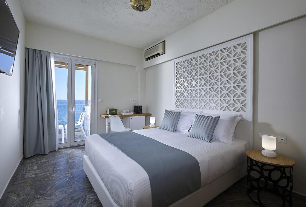 Een bed of bedden in een kamer bij Vasia Boulevard (Adults Only)