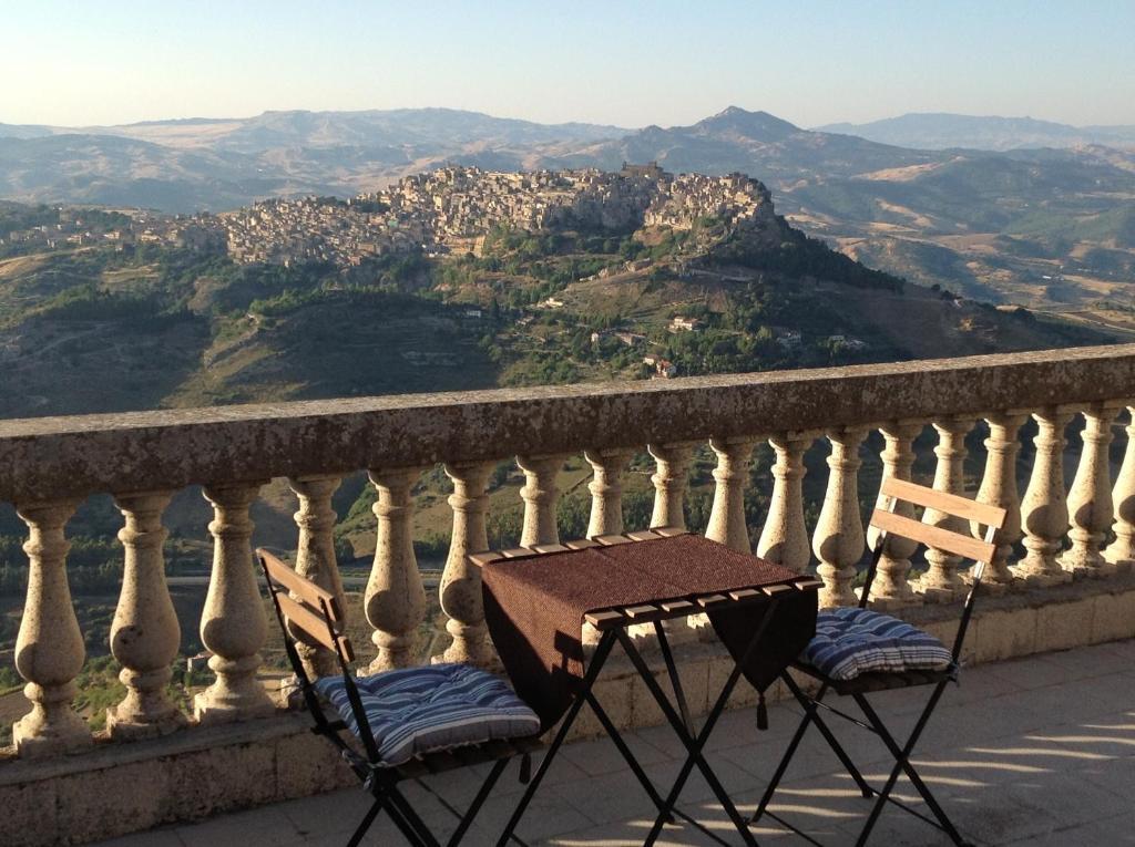 Kalnų panorama iš of the bed and breakfast arba bendras kalnų vaizdas