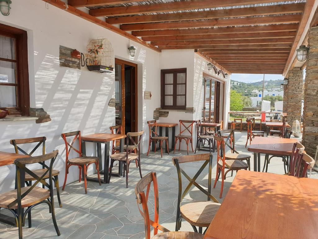 A restaurant or other place to eat at Sifnos Hotel Benaki