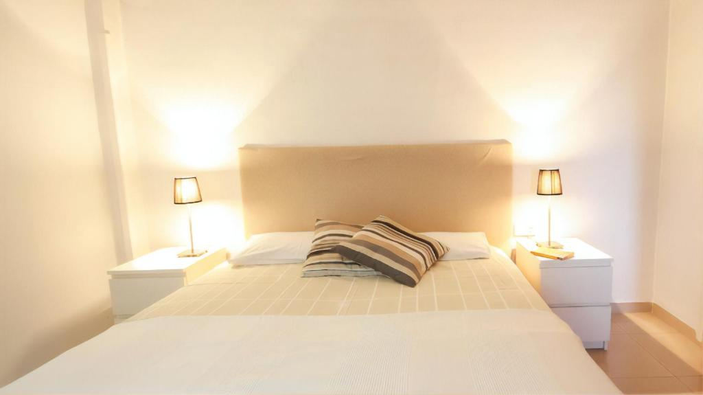 A bed or beds in a room at Barcelona Downtown Apartments