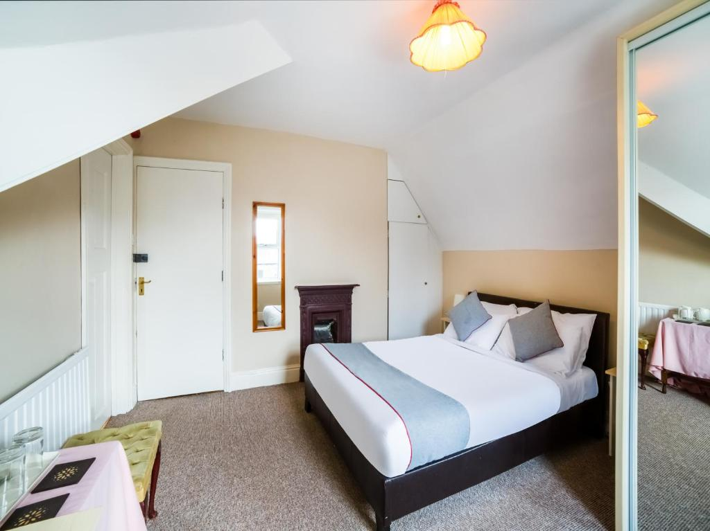 A bed or beds in a room at OYO The Briary