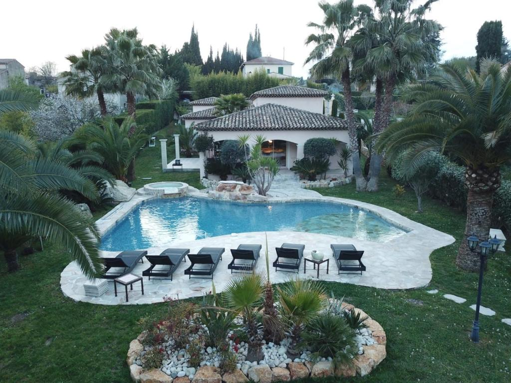 The swimming pool at or close to Luxueuse villa piscine et jacuzzi