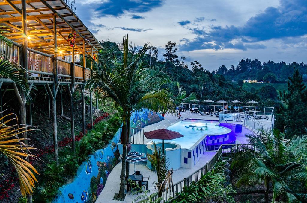 Vaade basseinile majutusasutuses Hotel Santa Maria de las Aguas Peñol või selle lähedal