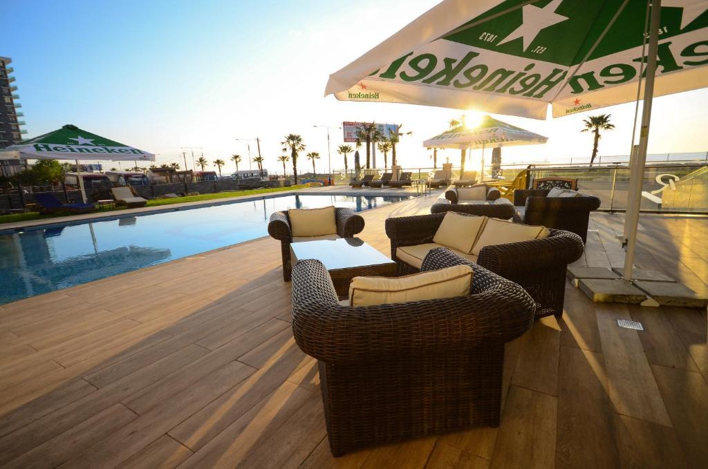בריכת השחייה שנמצאת ב-BATUMI PALM HOTEL או באזור