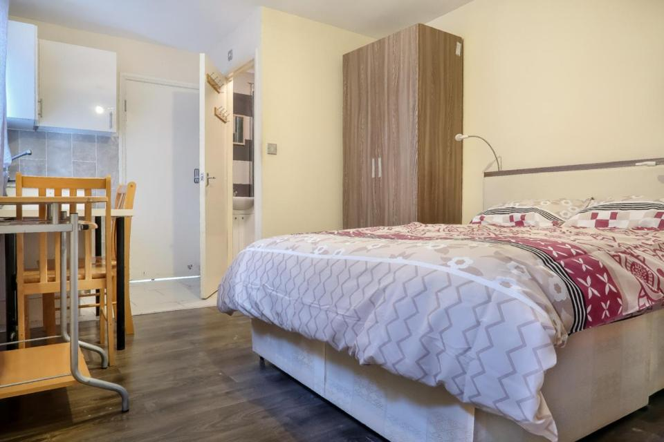 A bed or beds in a room at Portway - Deluxe En-Suite Room