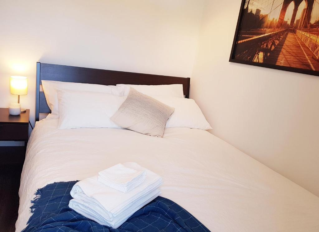 A bed or beds in a room at Cozy 3 bedroom minutes to the falls