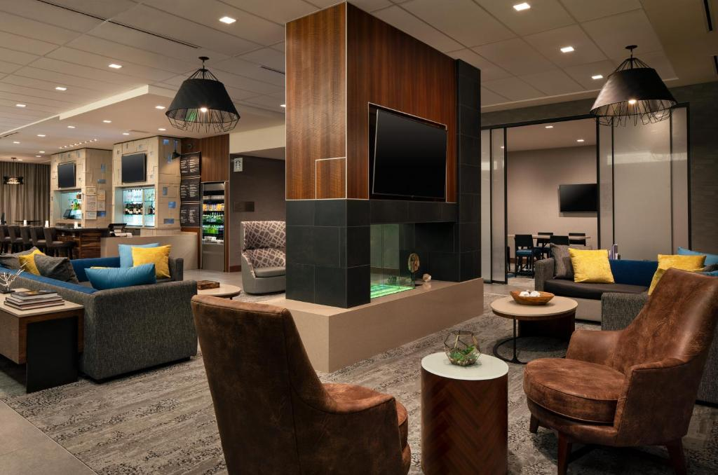 The lounge or bar area at Courtyard by Marriott Loveland Fort Collins