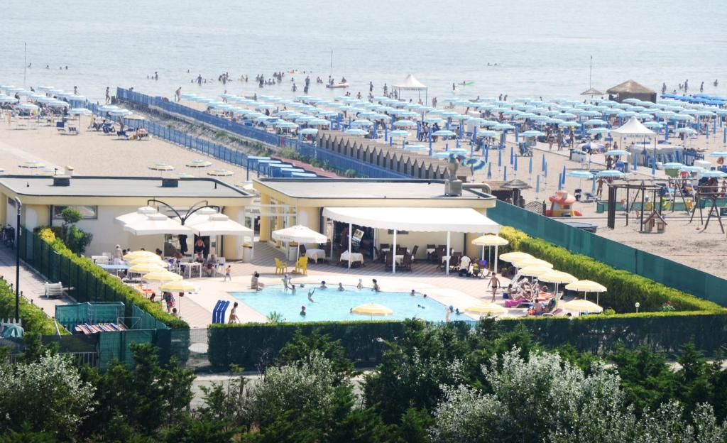 A view of the pool at Hotel Sole or nearby