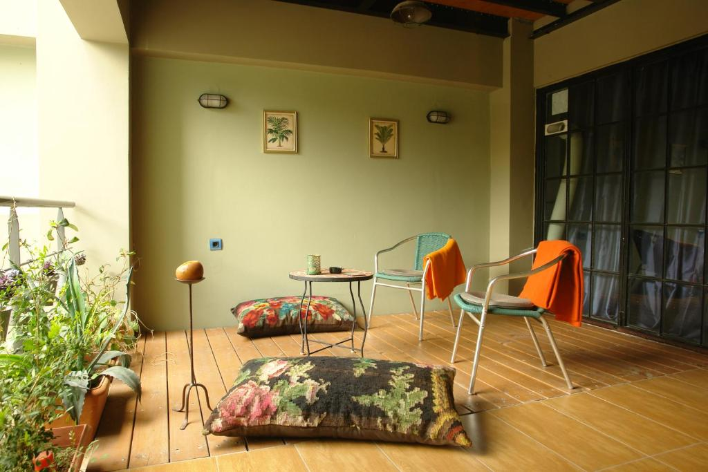 """A seating area at """"Blue apartment"""" close to Port & Center"""