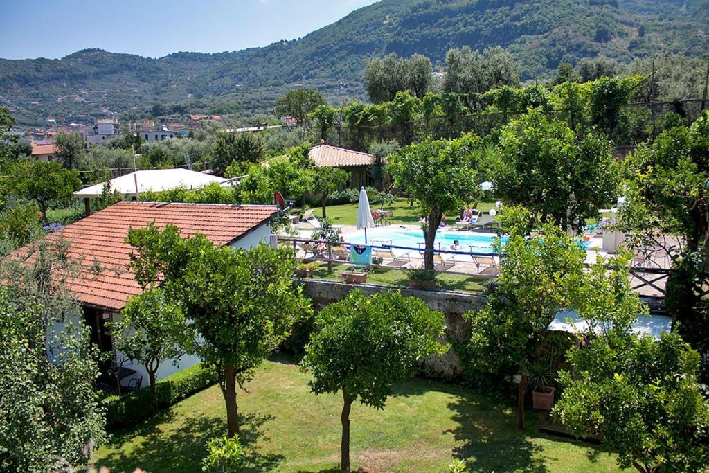 Vista sulla piscina di Villa Limoneto C o su una piscina nei dintorni