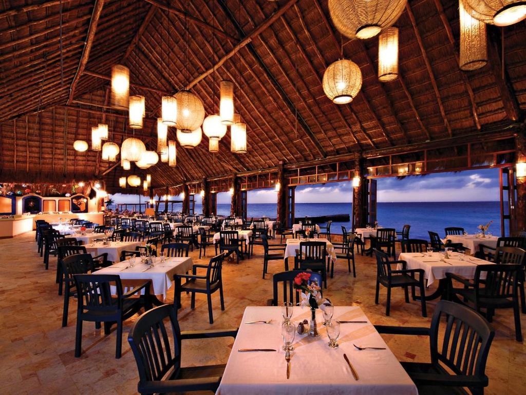 Un restaurante o sitio para comer en El Cozumeleño Beach Resort - All Inclusive