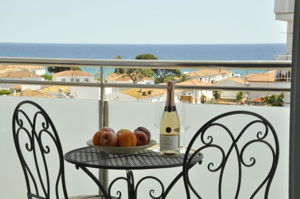 A balcony or terrace at Comfortable beach apartment with charming sea view