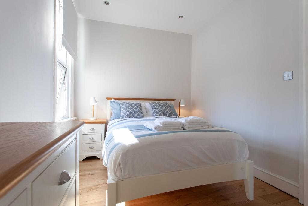 A bed or beds in a room at Bright, quiet treasure in heart of bustling Fulham