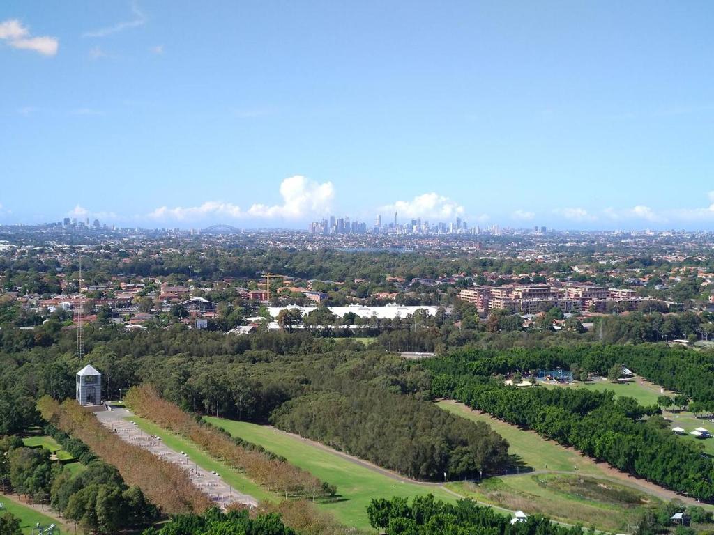 Blick auf Australia Tower - Olympic Park Green aus der Vogelperspektive