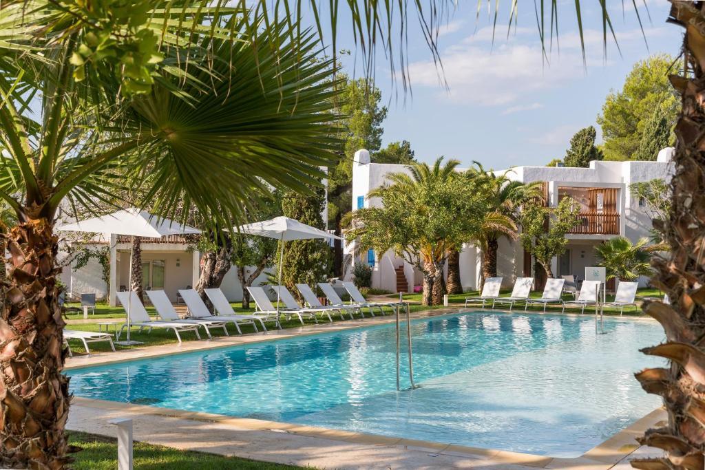 Бассейн в Cala Llenya Resort Ibiza или поблизости