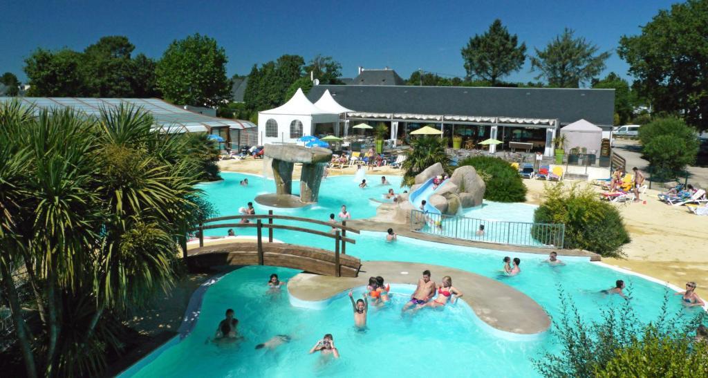 Vue sur la piscine de l'établissement Côté Ô Le Rosnual Carnac ou sur une piscine à proximité