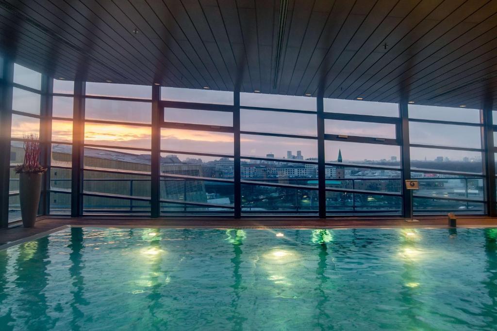 Grand Hyatt Berlin tesisinde veya buraya yakın yüzme havuzu
