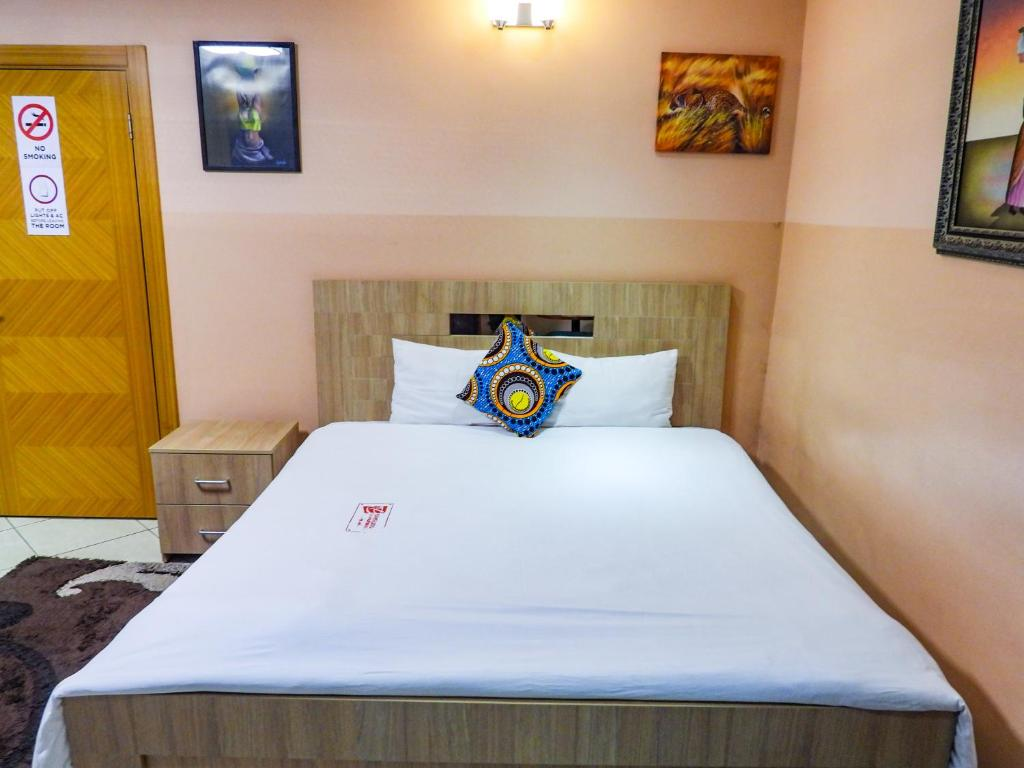 A bed or beds in a room at Bays Lodge