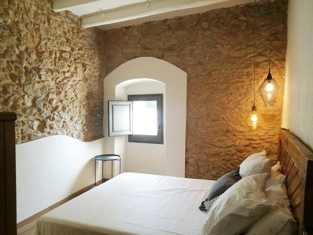 A bed or beds in a room at Can Puig de la Pera