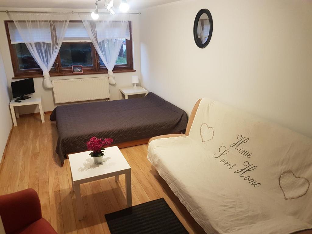 A bed or beds in a room at Pokoje gościnne - Brylantowa
