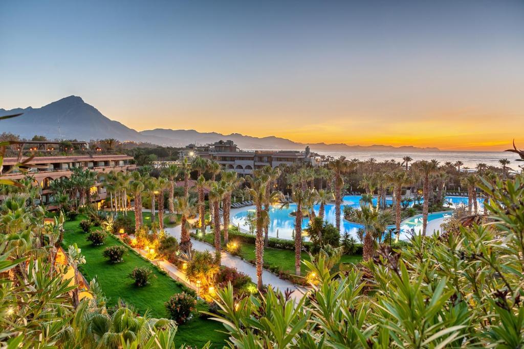 Uitzicht op het zwembad bij Acacia Resort Parco Dei Leoni of in de buurt