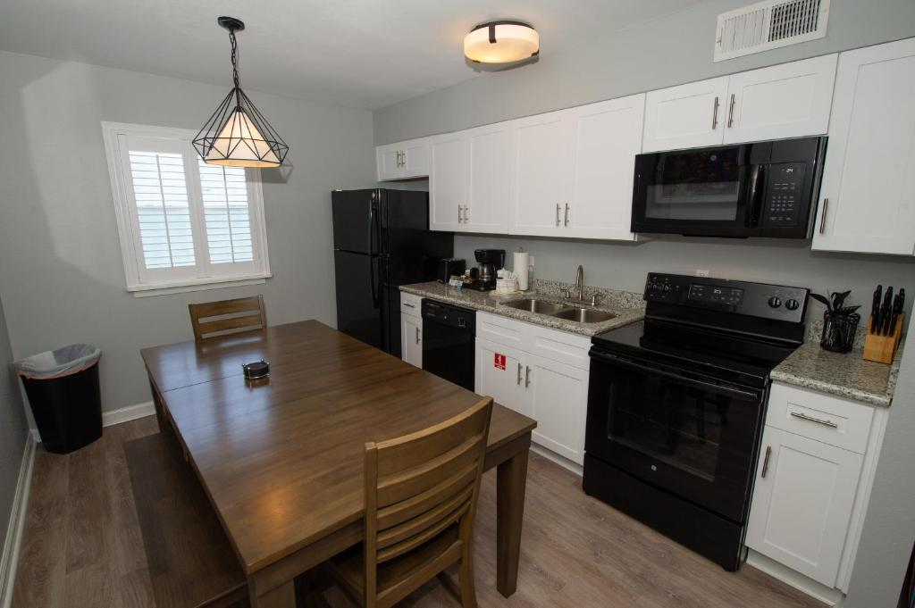 A kitchen or kitchenette at Frenchmen Orleans 519