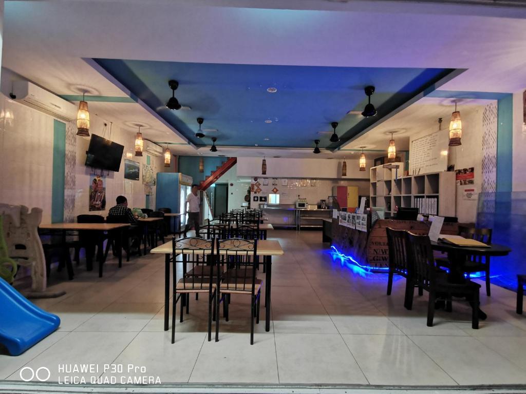 Ein Restaurant oder anderes Speiselokal in der Unterkunft Halo Hostel