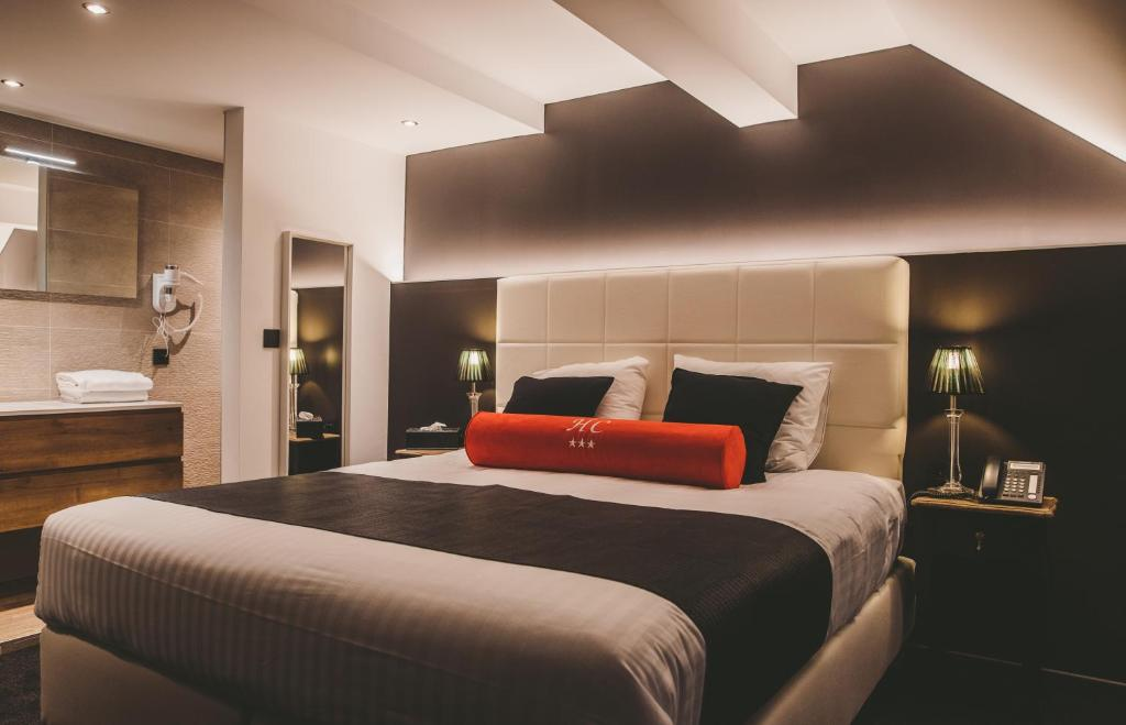 A bed or beds in a room at Hôtel Hors-Château - Liège Centre Historique