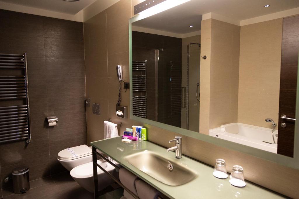 A bathroom at iH Hotels Pomezia Selene
