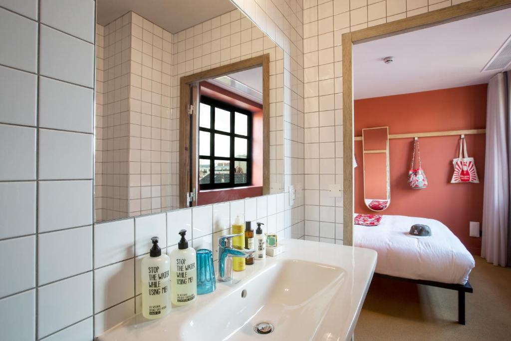 Mob Hotel Paris Les Puces Saint Ouen France Booking Com