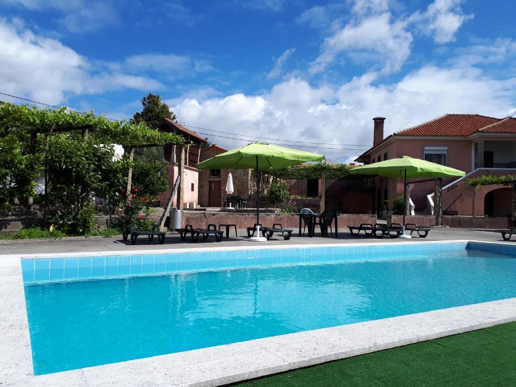 The swimming pool at or near Quintinha de Santiago