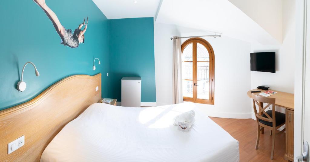 A bed or beds in a room at The Originals Boutique, Grand Hôtel de la Gare, Toulon (Inter-Hotel)