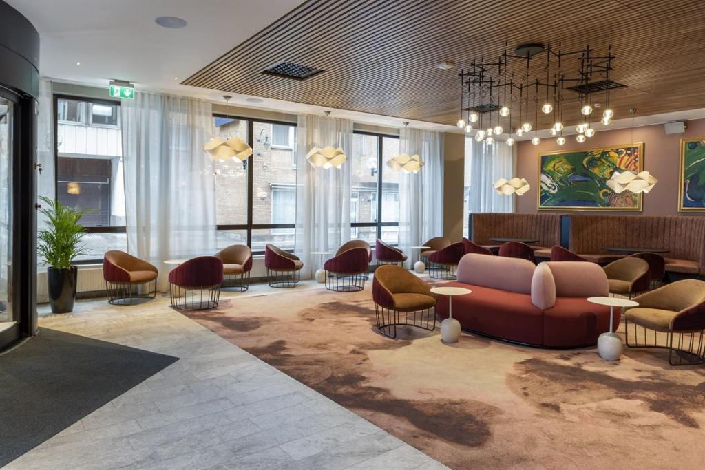 Lobbyn eller receptionsområdet på First Hotel Strand