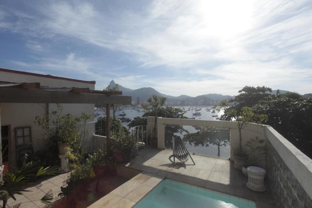 Výhled na bazén z ubytování Hotelinho Urca Guest House nebo okolí