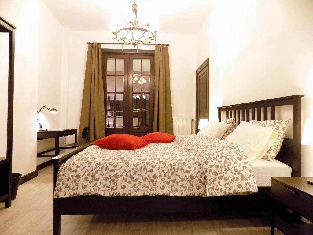 A bed or beds in a room at Maison Roosevelt - Charleroi Airport - Ideal Families