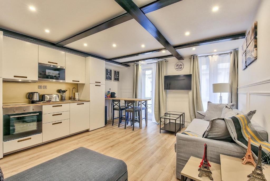 A kitchen or kitchenette at 13 Luxury Flat eiffel design 2