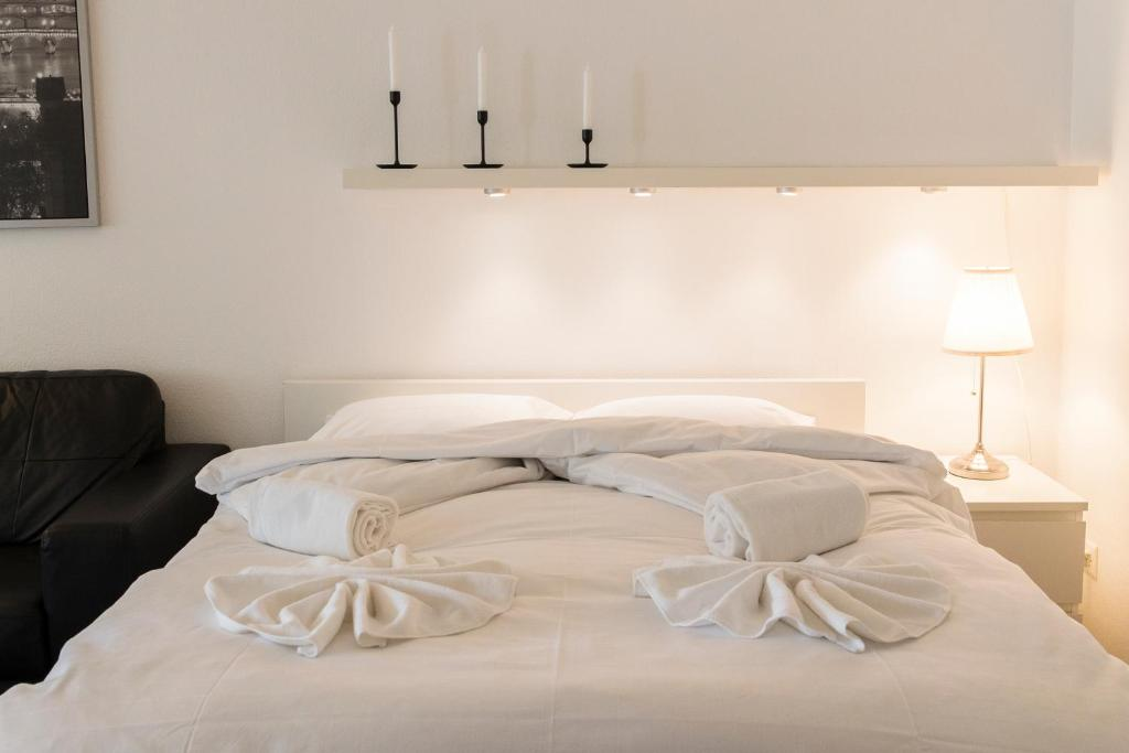 A bed or beds in a room at New renovated modern furnished apartment downtown