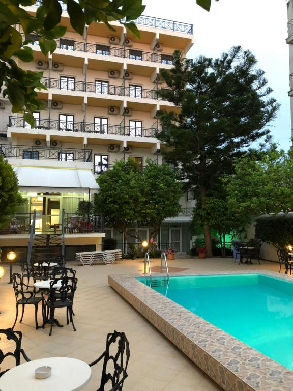 The swimming pool at or close to Hotel Bakos