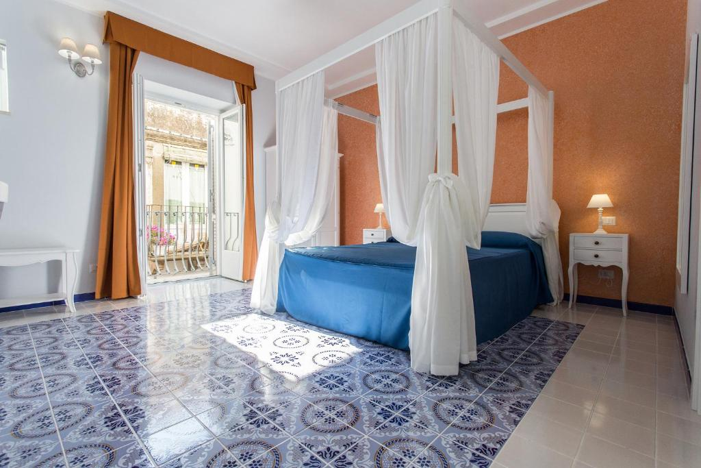 A bed or beds in a room at Odysseus Hotel