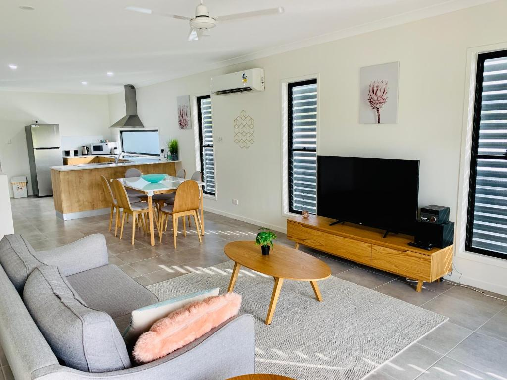 A seating area at WHITSUNDAY brand new townhouse close to boardwalk