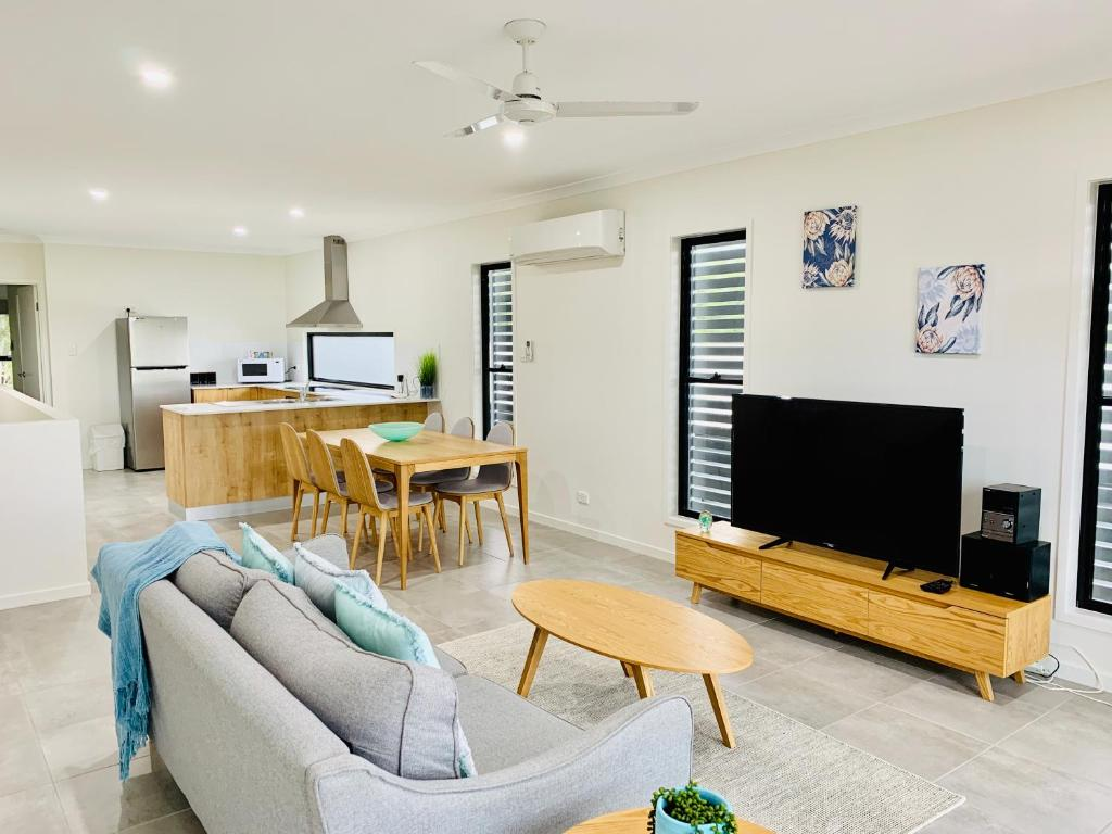A seating area at DAYDREAMING Airlie Beach, Water views & only 200m to boardwalk.