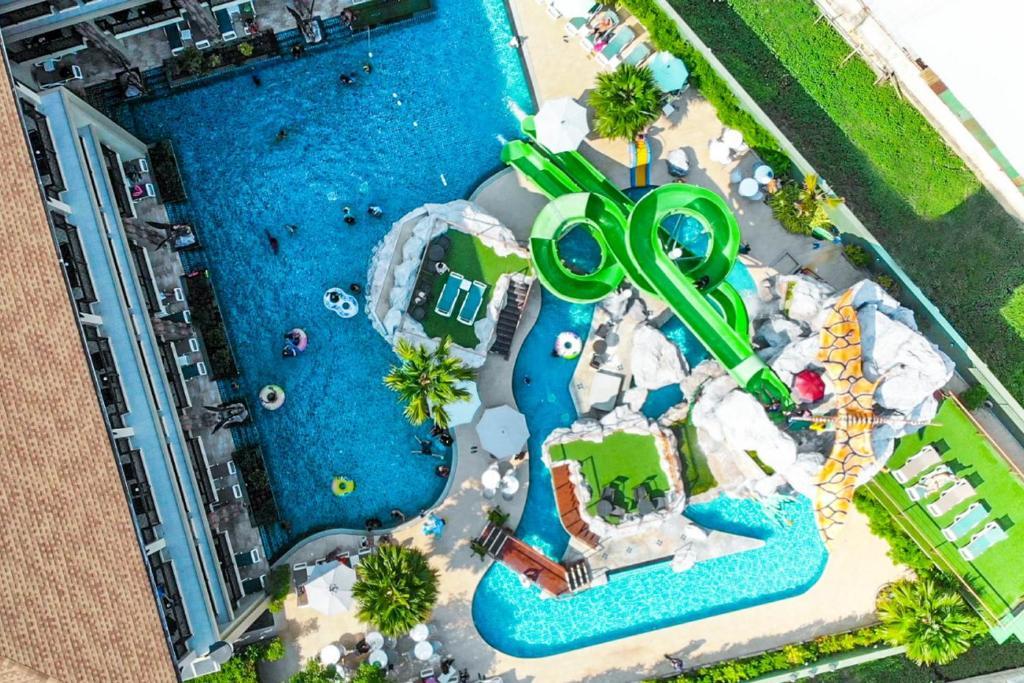 O vedere a piscinei de la sau din apropiere de Ananta Burin Resort