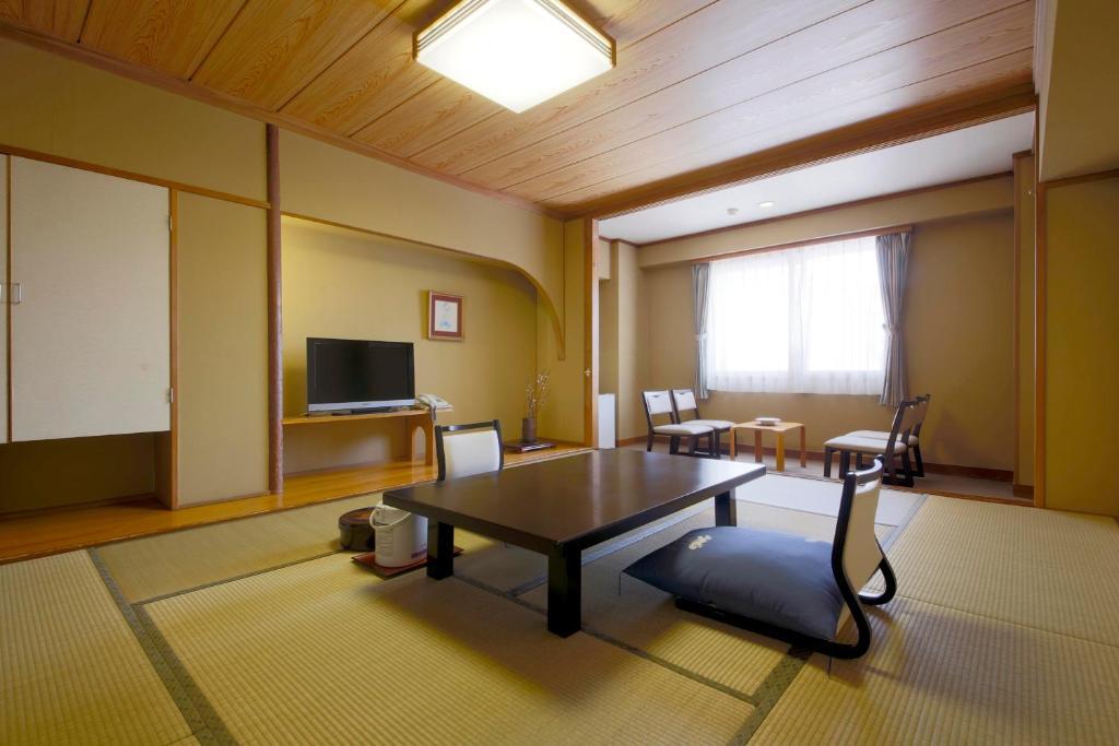 A seating area at Shiga Park Hotel