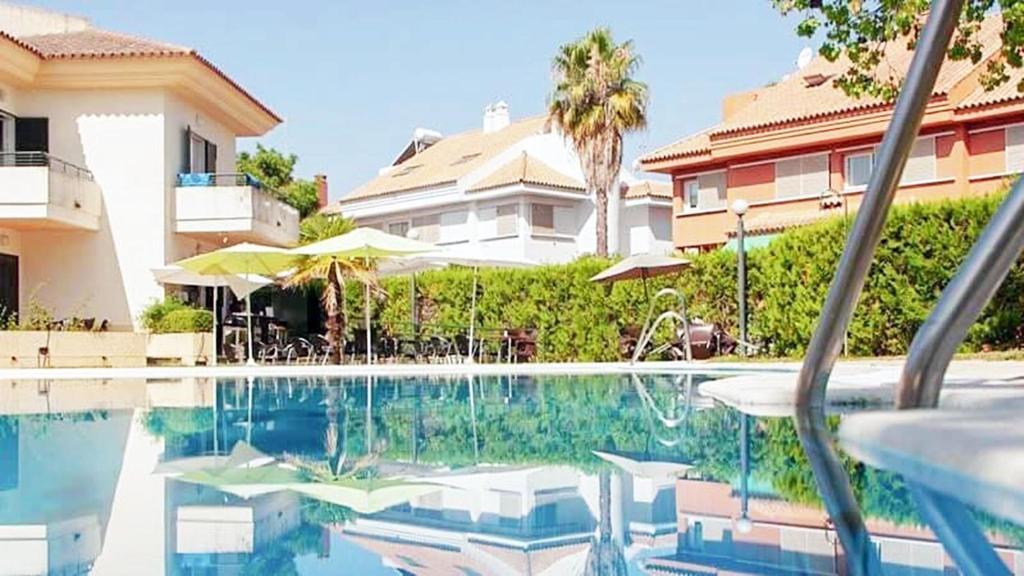 สระว่ายน้ำที่อยู่ใกล้ ๆ หรือใน Hospedium Hotel Apartamentos Simón Verde