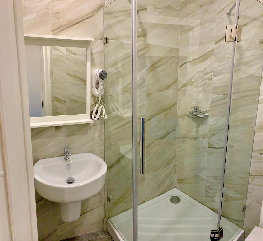 A bathroom at Leonardo Guest House