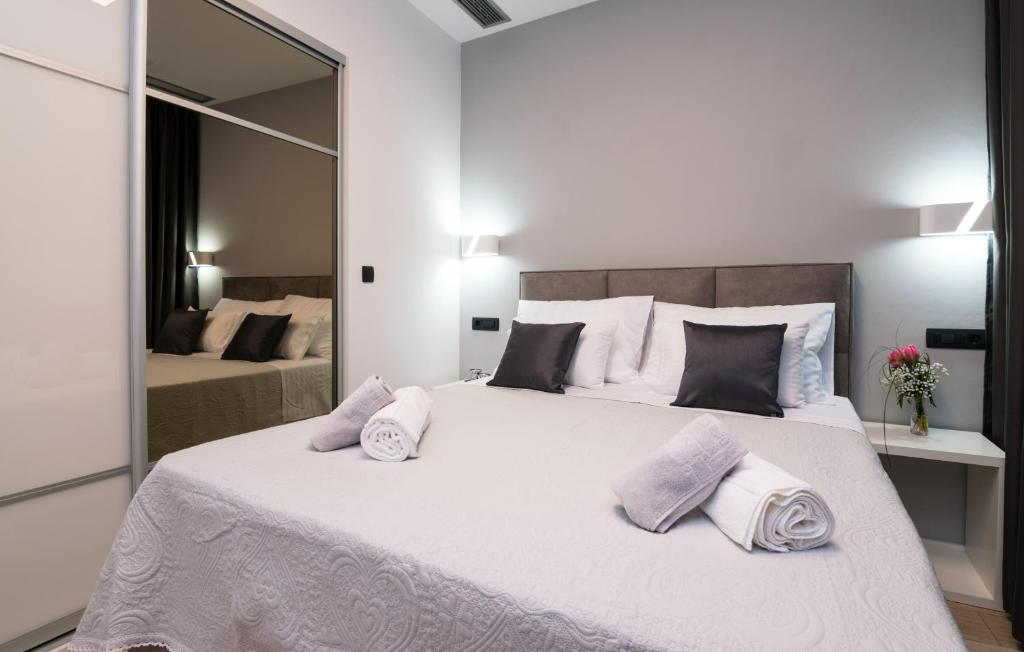 A bed or beds in a room at Sky & Sun Luxury Rooms