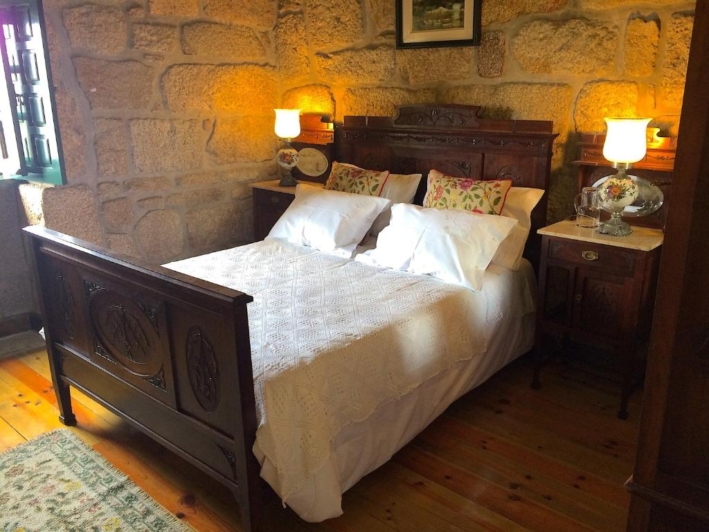 A bed or beds in a room at Casa do Assento - Castelo