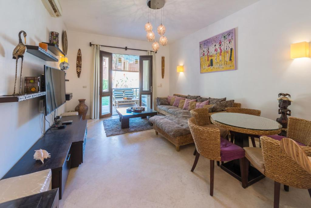 A seating area at Beautiful Cosy 3 bedroom townhouse in South Marina
