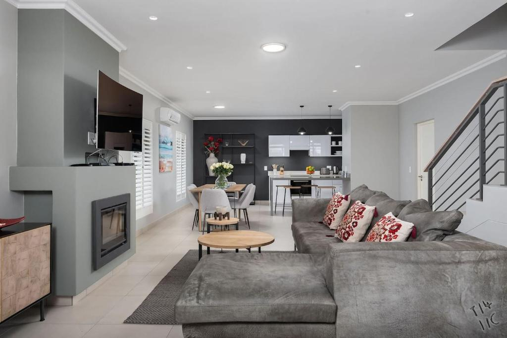 A seating area at 9 Le Petit – Two Bedroom Townhouse Franschhoek