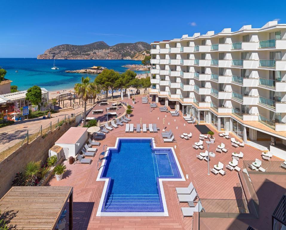 Vaizdas į baseiną apgyvendinimo įstaigoje Boutique Hotel H10 Blue Mar - Adults Only arba netoliese